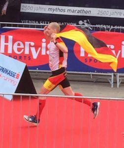 Benjamin Domke beim Zieleinlauf des Wien-Marathon 2016.