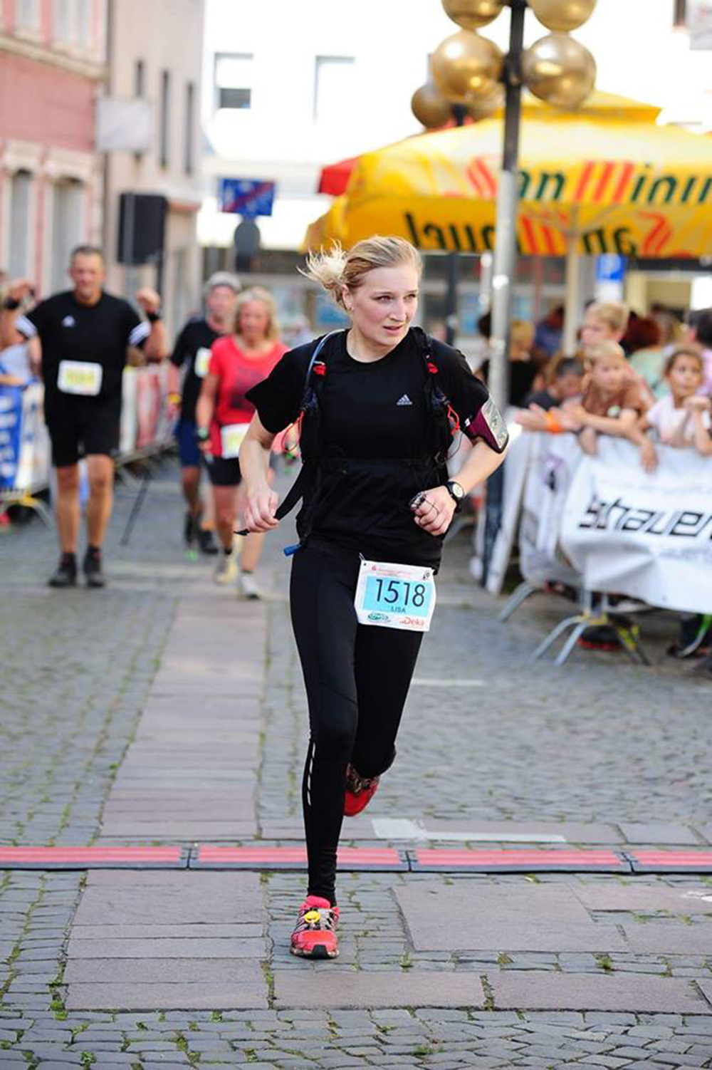 Lisa Bäker beim Zieleinlauf zum P-Weg-Marathon 2016.